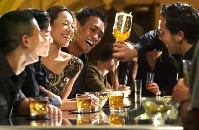 严重酗酒问题的男士中,超过90%都有承诺一致性问题